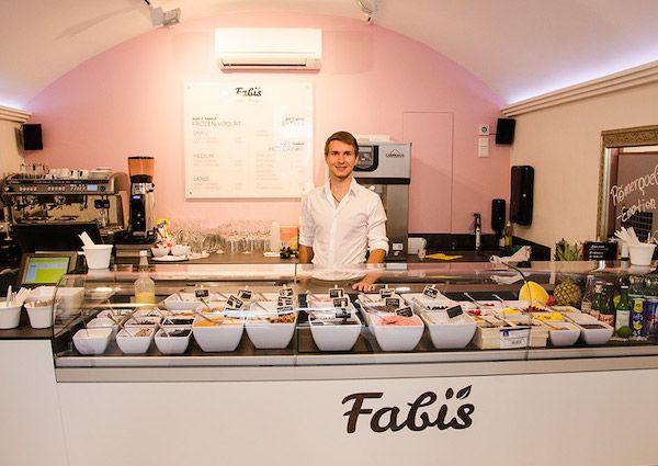 FABI LIEBT EIERLIKÖR AUF BIO-JOGHURT Am Salzburger Universitätsplatz hat sich Fabian Sturm den Traum vom eigenen Lokal erfüllt und Fabi's Frozen Bio Yogurt eröffnet.