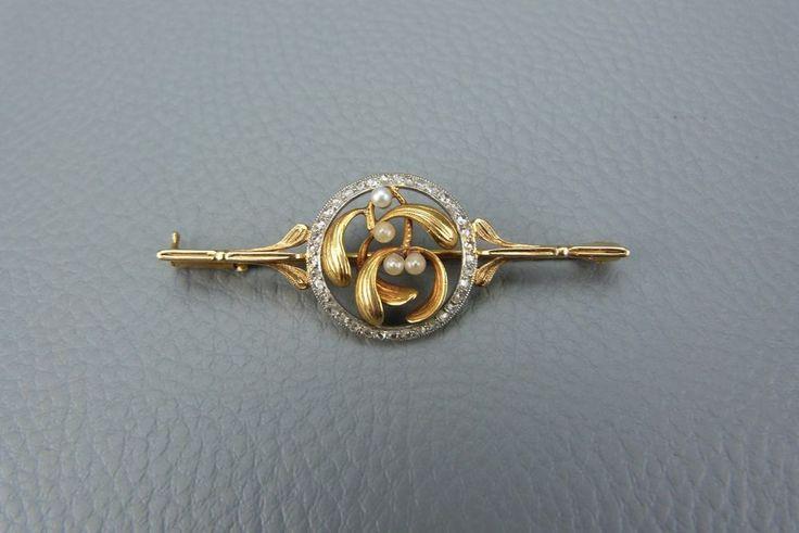 Broche en Or jaune et Diamants Décor Art Nouveau Feuille de Gui et perles Tbeg.