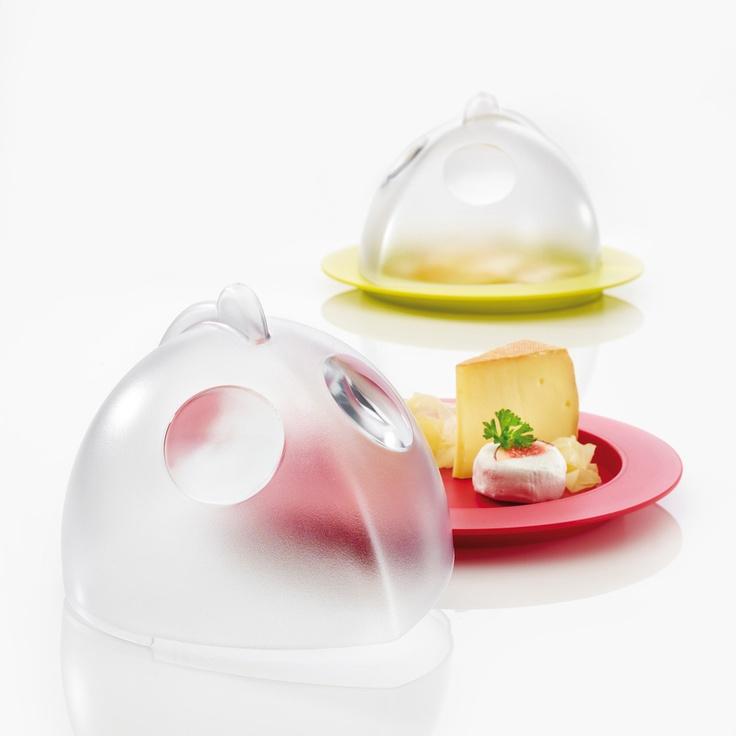 Funkcjonalny pojemnik do przechowywania sera Topolino marki Koziol. Pojemnik pozwala na zachowanie świeżości, esencji i aromatu przechowywanych serów. Produkt dostępny w kliku wersjach kolorystycznych.