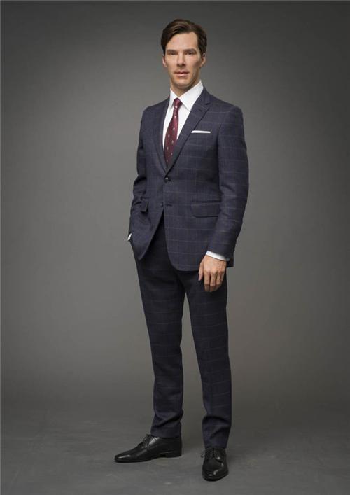 useВосковая фигура Камбербэтча в темно-синем костюме в клетку и галстуке с черепами передает фирменную позу знаменитости на красной дорожке - с одной рукой в кармане - и в полной мере излучает его стиль английского джентльмена.r posted image