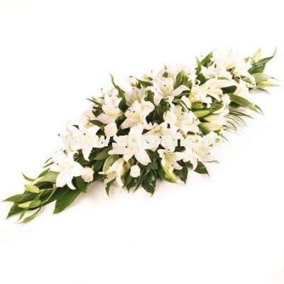 O jerba eleganta realizata in intregime din crini albi si verdeata proaspata, un ultim omagiu pur fata de cel pierdut. Alege cele mai frumoase coroane funerare pentru cele mai grele momente din viata ta!