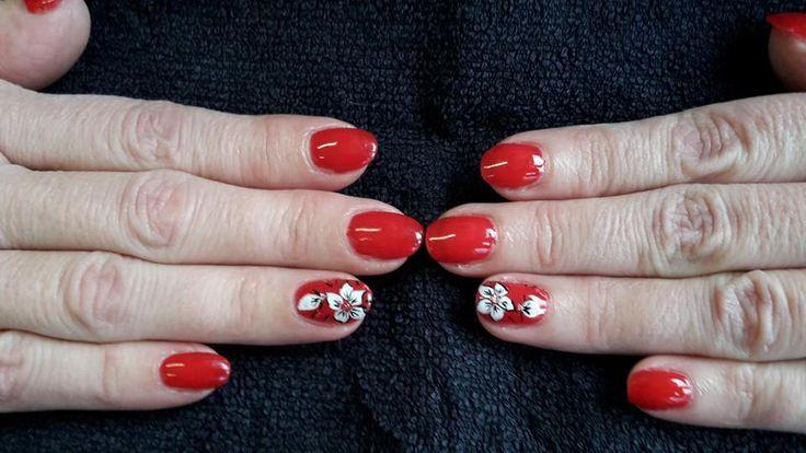 Pose de vernis semi permanent rouge + nail art fleur à main levée