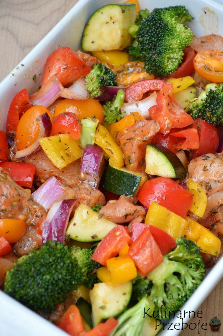 pieczone filety kurczaka z warzywami, piersi kurczaka zapiekane z chrupiącymi warzywami, zdrowy i szybki obiad w 15 minut czyli pieczony kurczak z warzywami