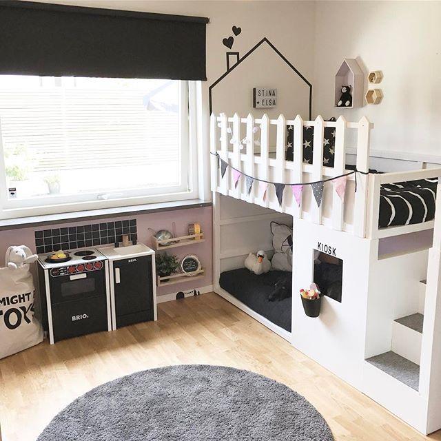 """När tjejerna leker ute passar jag på att fixa lite inne. """"Kaklat"""" köket och röjt. Återstår att se om mina """"kakelplattor"""" får vara kvar. Ser ni hunden? #ikeakura #ikeahack #kurabed #barnrum #barnrumsinspiration #barnrumsinspo #våningssäng #bunkbed #briokök #dekorplast #washitejp #kontaktplast #barnsäng #finabarnsaker #kidsroom #inspoforkiddos"""