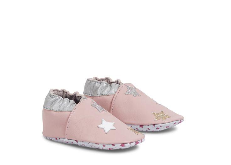 Nos petites rêveuses adopteront rapidement les chaussons LA STARLETTE en cuir pour rester au chaud. Très souples, ils se rapprochent de la marche pieds nus pour une croissance facilitée et un apprentissage aisé des premiers pas. Ces chaussures bébé s'enfilent très simplement grâce à leur élastique à la cheville. #andrechaussures