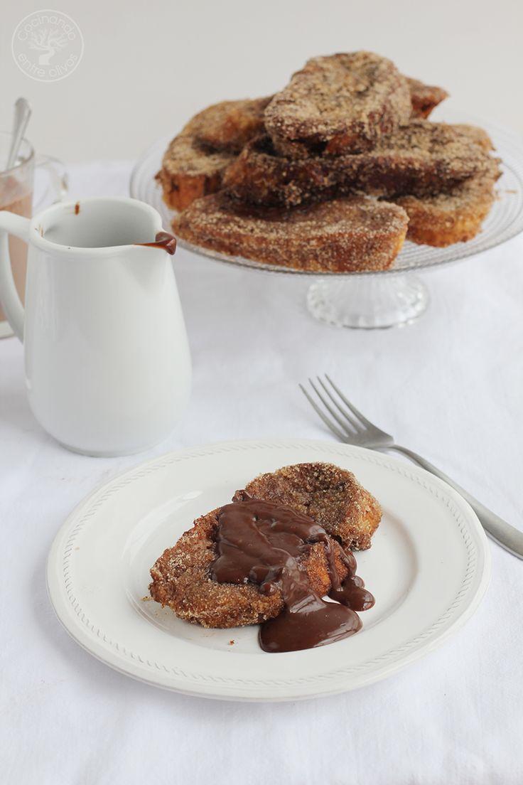 Torrijas de chocolate, un dulce tradicional de Semana Santa muy fácil de hacer. Empapamos pan del día anterior en leche con chocolate, rebozamos en huevo y freímos en aceite de oliva virgen extra, azúcar y canela. ¡Irresistibles!