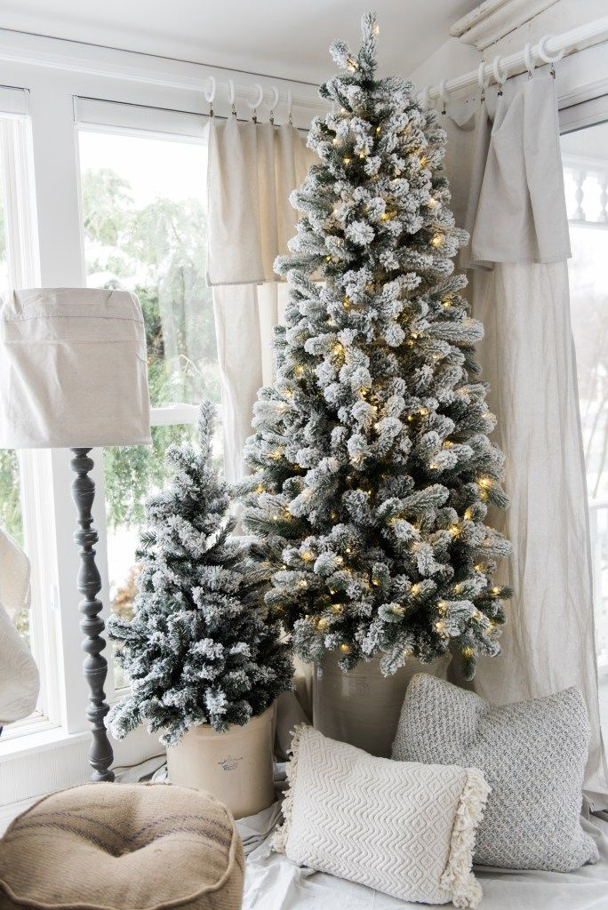 Simple Farmhouse Christmas decor in the sunroom - great cottage style & farmhouse style Christmas decor inspiration!