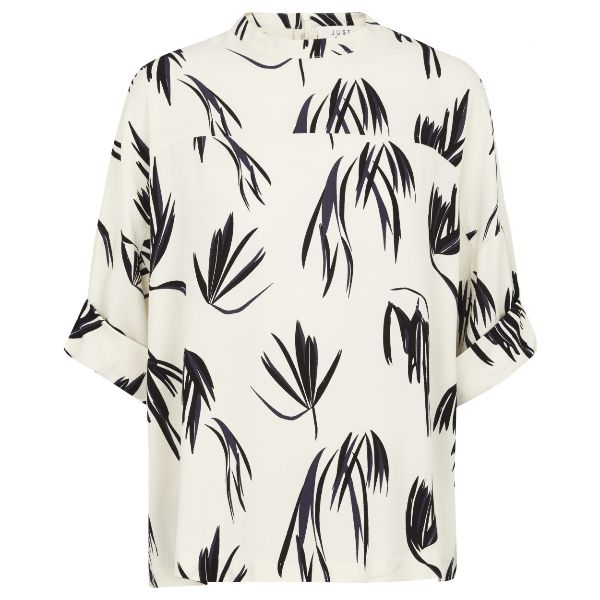 Just Female Fern Maise Blouse: Elegance in abundance with this print blouse from Just Female. The all over fern print is an inspired choice in a design that can equally be worn at the office or out for evening drinks. It has three quarter length sleeves that give it a contemporary and chic finish, ensuring your blouse game is strong!