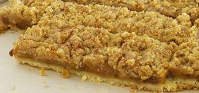 appeltaart - appelkruimeltaart van de bakplaat (appels voorgegaan in de pan - met custard en rozijnen/boerenjongens)