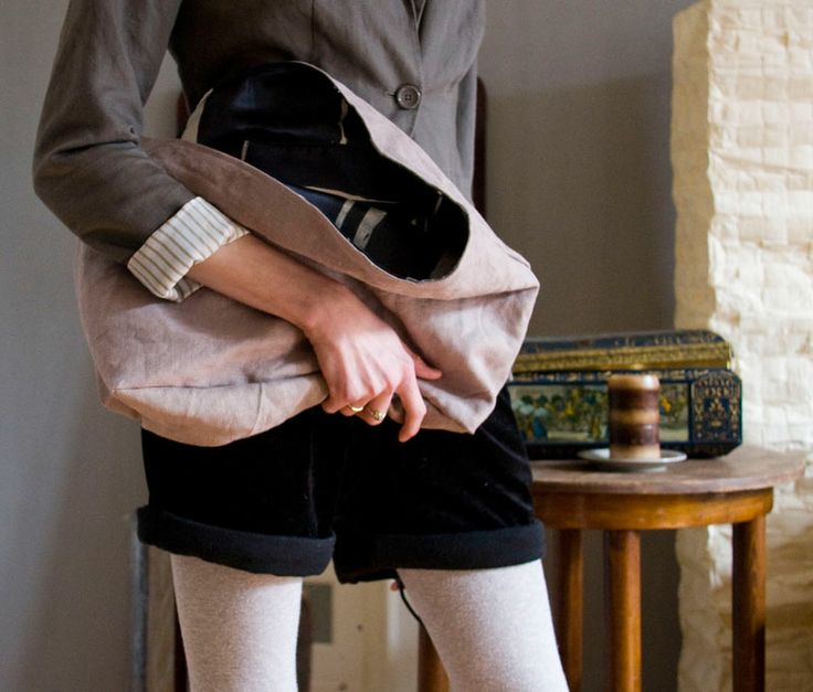 Lniana torba z gładkiej tkaniny z nieregularnie barwioną podszewką. Przez chwilę bez rączek. Ładnie układa się w dłoni.  #linenbag #summerfashion #grey #sand