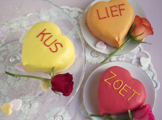 Wie verleid jij met een mooi zelfgebakken #Valentijn #cadeau? Hartjes taartjes bekleed met #fondant en een zoete tekst.