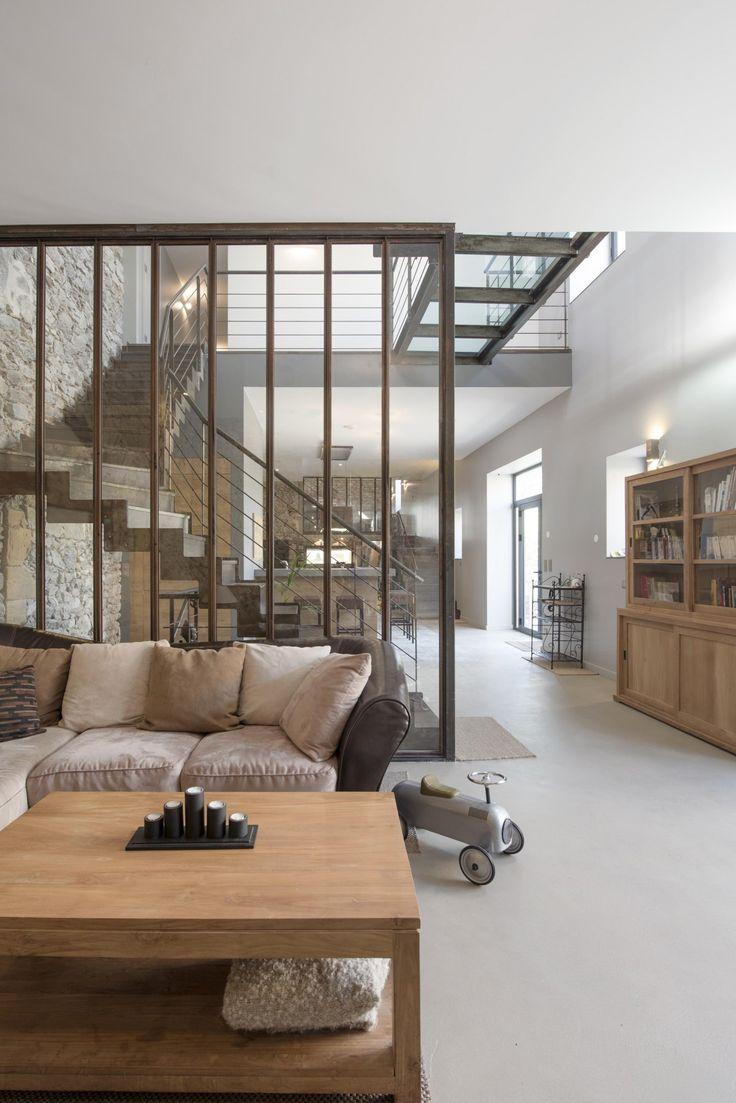 Pièce à vivre Rénovation d'un espace de vie dans le style industriel, tout en gardant l'authenticité et la lumière des pierres apparentes.