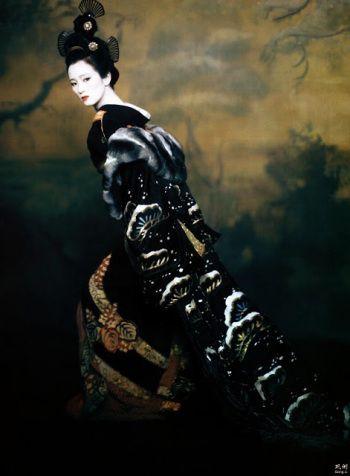 Fotografía donde Hatsumono luce el abrigo de chinchilla ideado por Atwood para el personaje.