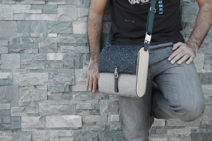 Bolso unisex con laterales de madera.