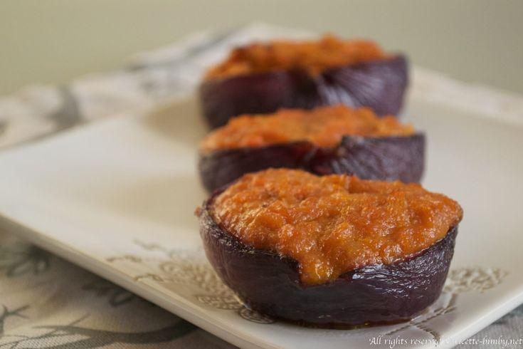 Le cipolle rosse ripiene di zucca sono un contorno saporito, vegetariano e ideale nel periodo autunnale. Leggi gli ingredienti e la ricetta per il bimby.