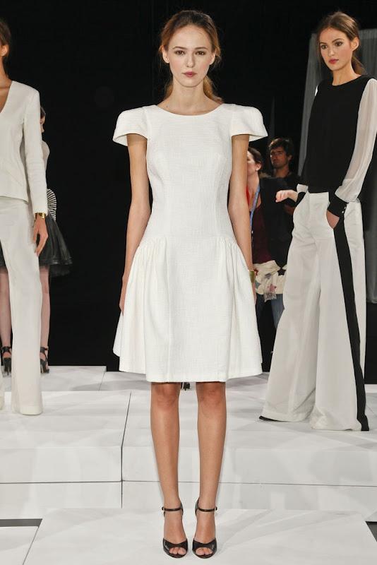 Kobiecy fason sukienki nadaje sylwetce kształt