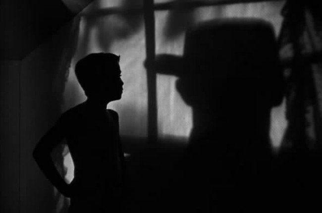 Christian Schad, Retrato del Dr. Haustein,1928 #vinculamuseo La noche del cazador (The Night of the Hunter) es una película estadounidense dirigida por Charles Laughton en 1955. El guion está inspirado en la novela homónima de Davis Grubb. La sombra de Robert Mitchum tras la ventana en una de las secuencias de la película está influenciada, como toda la estética del film por el expresionismo Alemán.  #diainternacionaldelosmuseos2014