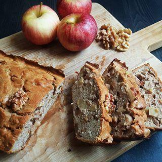 H E R F S T R E C E P T  Voor wie met dit weer ook niets liever doet dan bakken: op flowcarbfood.nl staat nu het recept voor deze herfstige appel-kaneelcake met walnoten  En ik beloof je: hij is HEERLIJK! En natuurlijk koolhydraatarm, dankzij het amandelmeel van @steviala. De directe link naar het recept vind je in m'n profiel trouwens! Fijn weekend allemaal!