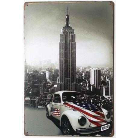 Plaque métallique représentant une Coccinelle Volkswagen, de couleur blanche avec le drapeau Américain, parfaite pour vos décorations murales. Dimensions : 20 cm X 30 cm. Plaque perforée dans les quatre angles.
