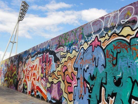 de Berlijnse muur plaatsen zodat de mensen niet meer konden vluchten zodat ze niet naar de oost kant of west kant konden vluchten