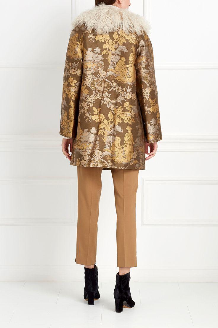 Объемное пальто из натурального плотного хлопка. Модель из коллекции Etro украшена фактурным флористическим орнаментом – золотого и серебряного цветов. Роскошный выбор для прохладных вечеров. Ворот сделан из овчины. Носим с платьями или с повседневными образами.