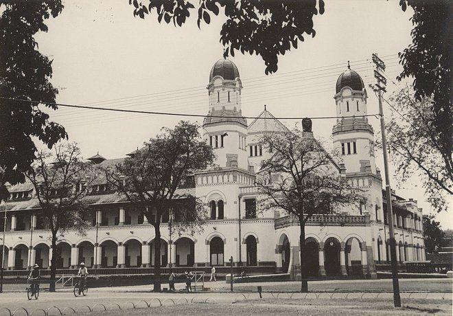 NIS (Nederlands Indische Spoorweg Maatschappij) building in Semarang. Groundbreaking 1904 - Opened 1907 - Completed 1919. Architect C. Citroen.