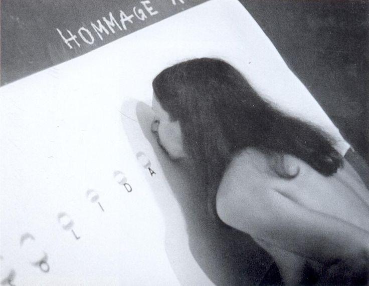 """Durante el período de la ley marcial en 1982, presentó su desempeño Homenaje a la Solidaridad en la """"Galería Underground"""" en Lodz. Desnuda y usando pintalabios,  formó las letras de la palabra """"Solidarnosc"""" uno a uno con los labios, dejando impresiones en papel blanco"""