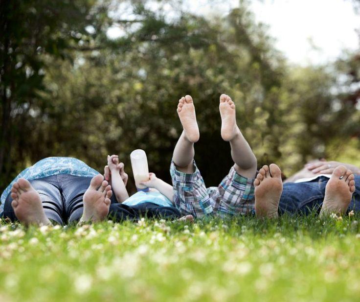 Cinque sensi. Toglietevi le scarpe e cominciate a riappropriarvi dei vostri 5 sensi. Riassaporate il contatto diretto con la natura e l'ambiente che vi circonda a cominciare proprio dai vostri piedi scalzi.  Lavorare sui cinque sensi. Tornare a godere del mondo e della bellezza della natura toccandola con mano, o più precisamente con i piedi scalzi.