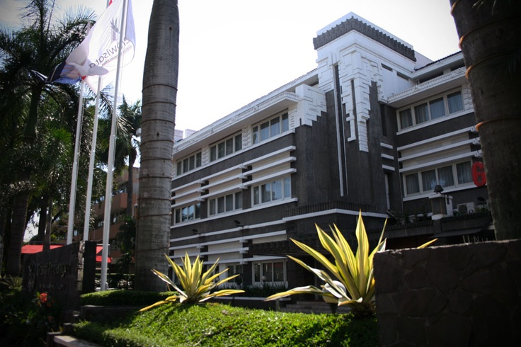 Opened in the 1920s, Grand Preanger, Bandung retains the grace and style of the colonial era, whilst offering all the practicality and comfort of a modern business hotel.