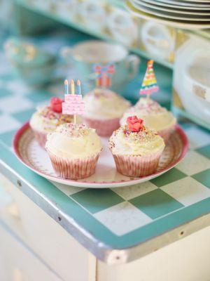 Mina Classic cupcakes brukar jag ibland färga med karamellfärg i olika pastellfärger. Var försiktig, så att frostingen inte blir för intensiv i färgen. Et...