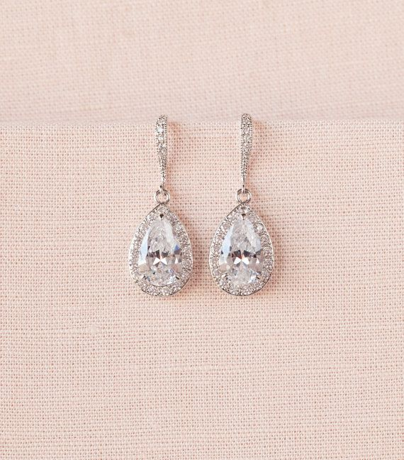 S'il vous plaît noter la taille des boucles d'oreilles.  Classique et magnifique ! Jai créé ces boucles doreilles en utilisant un composant de goutte de larme incrustée cristal. Les fils doreille argent sterling massif incrusté de cristaux fournissent la touche finale parfaite pour pure élégance !   La partie de pendants goutte de larme de la boucle d'oreille est 3/4 de long La longueur totale de boucle d'oreille est 1 3/8   Colliers assortis : https://www.etsy.com/li...