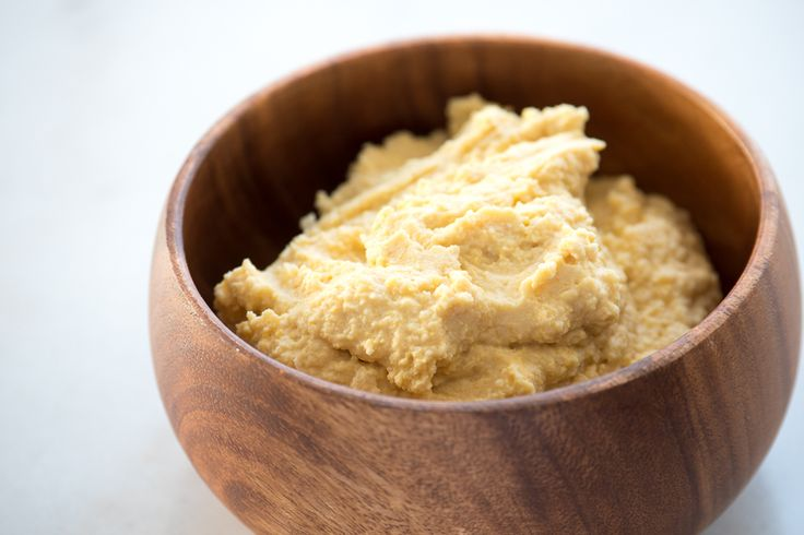 Hummus er i vinden som aldri før og her er min versjon. Den er nok ganske lik som andre oppskrifter bortsett fra at jeg dropper sitronsaften. Jeg er veldig glad i syre men synes faktisk at hummus smaker bedre uten sitronsaft, i hvert fall i denne oppskriften.  Jeg har som regel tørkede kiker…