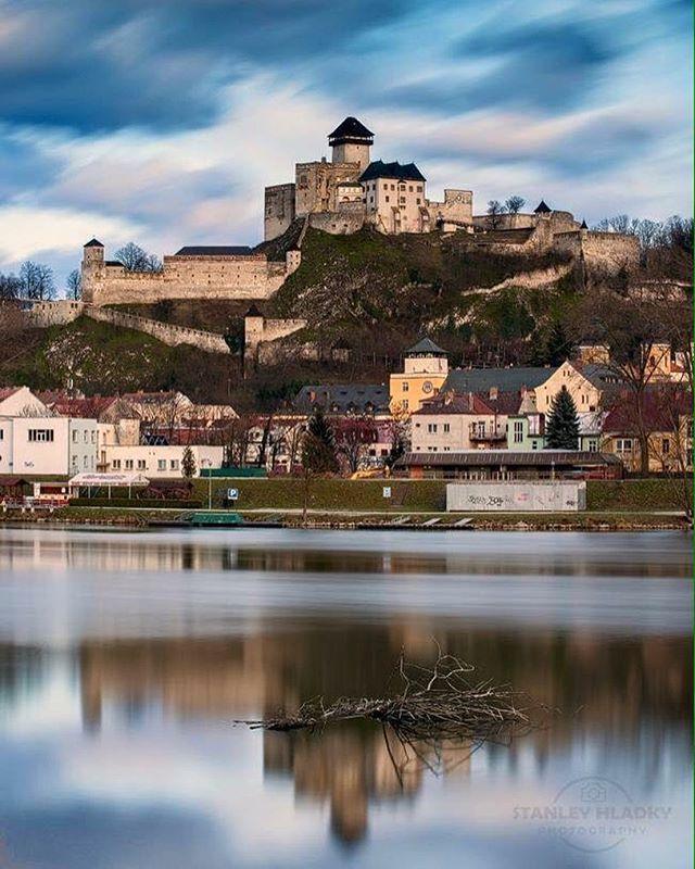 Trenčianský hrad ⚔️ Autor fotografie: @stanleyhladky #ThisIsSlovakia  Follovujte nás na Facebooku, linka v profile