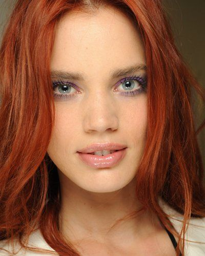Für mutige rothaarige Frauen: Violetter Lidschatten kann toll aussehen.                                                                                                                                                                                 Mehr