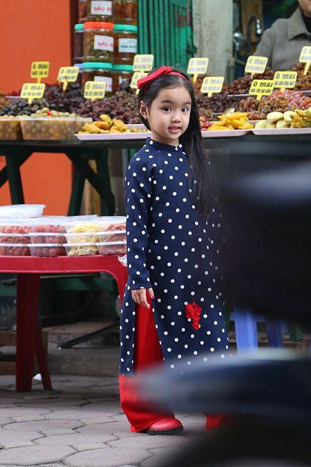 Tín đồ thời trang nhí diện áo dài dạo phố Tết - VnExpress Giải Trí