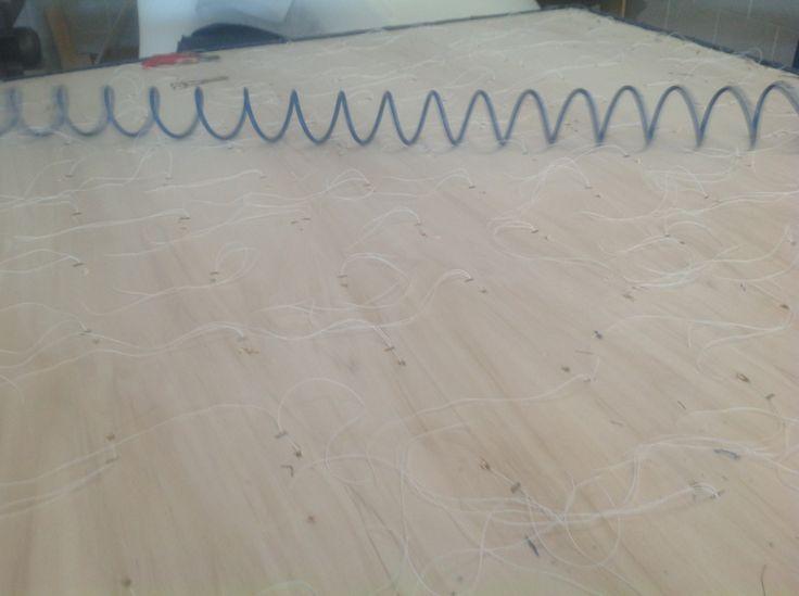 Fase di lavorazione per realizzare pannello capitonne