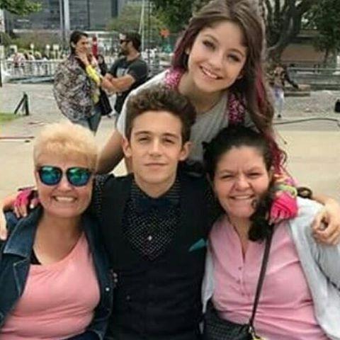 Ruggero con sus nuevas tías  #Ruggarol #Lutteo #KarolSevilla #RuggeroPasquarelli  #familia  Que amor ❤❤❤ #Ruggarol #Lutteo  @karolsevillaofc @ruggeropasquarelli