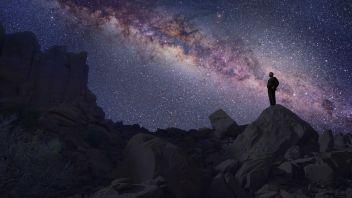 Cosmos: A Odisseia No Espaço T.1 Ep.1 A série de televisão que transformou a divulgação da ciência em 1980, com a mão inconfundível de Carl Sagan, tem agora uma segunda versão mais atualizada pelo famoso astrofísico norte-americano Neil deGrasse Tyson que é o responsável por este novo projeto.
