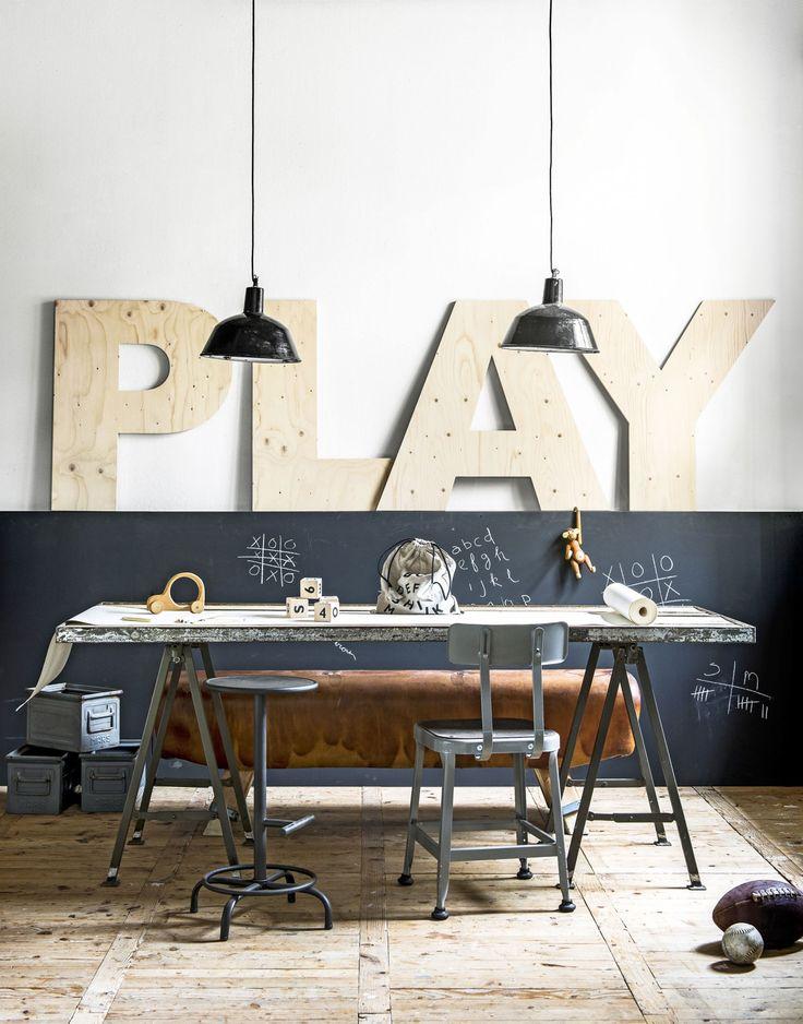Grote houten letters op verhoging achter bureau speelhoek in de woonkamer