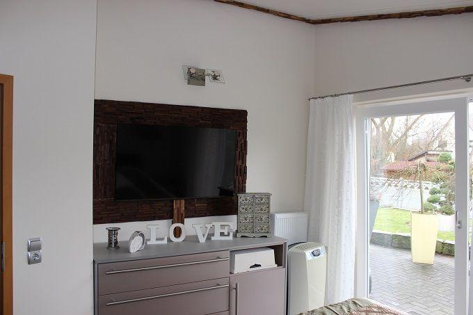 Glatte, weiße Wände machen sich gut neben einer Designtapete.