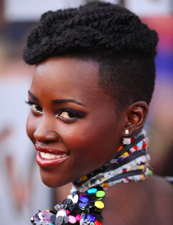 cheveux afro lupita nyong beauty pinterest coiffures de star cheveux afro et belles coiffures. Black Bedroom Furniture Sets. Home Design Ideas