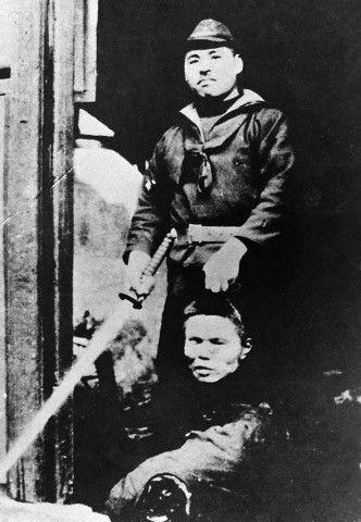 Una guerra de horror ilimitado: un soldado japonés muestra la cabeza cortada de un hombre chino, y la espada samurai que presumiblemente utilizó para cortarla. Shanghai, 28 de agosto de 1937, al comienzo de la Batalla de Shanghai, que desempeña un papel importante en las Alas de China.