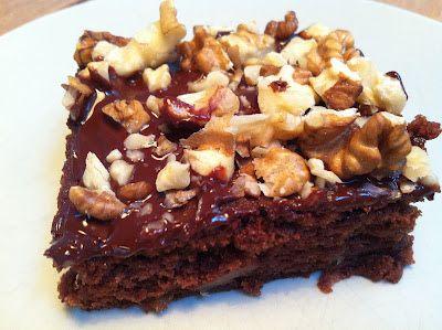 Denne brownie er FANTASTISK !  Jeg sidder her i skrivende stund og guffer stykke nr. 2 i mig, mums !!  Den er propfyldt med æbl...