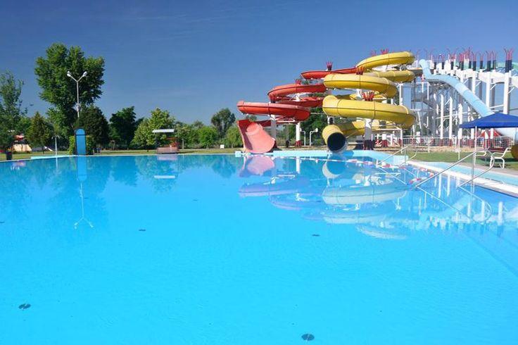 Hat medence, öt csúszda, illetve mediterrán hangulatú homokos napozópart biztosítja a kényelmet és a felhőtlen szórakozást a Kecskeméti Élményfürdő és Csúszdaparkban.
