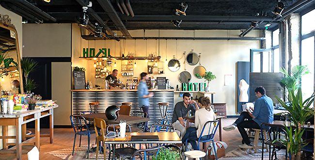 Bar d'hôtel à la lyonnaise  Ho36 - hôtel-café-restaurant 36 rue Montesquieu, Lyon 7e. Tél. 04 37 70 17 03. Du lundi au dimanche, 7h-minuit 9,50 € la salade Caesar, 12,50€ le petit salé. Brunch le week-end 11-17h. Belles chambres dès 79€