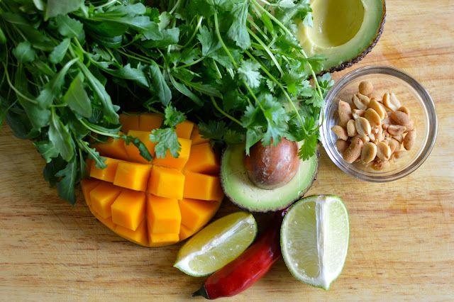 Mangosalaatti ja serranokinkkuun kääritty lohi