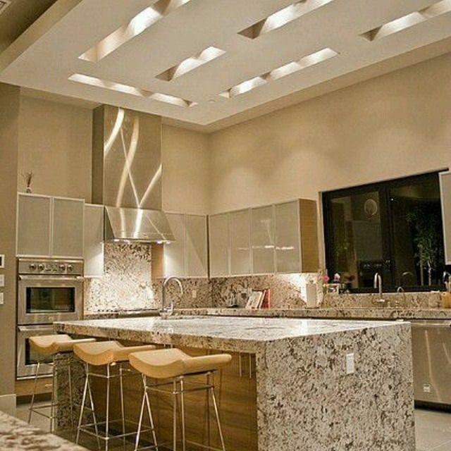 diseo de cocina en isla con multiples detalles decorativos en techos con nichos