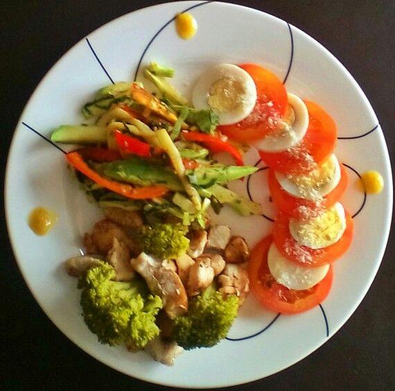 Ensalada de tomate, huevo y queso parmesano acompañado de vegetales mixtos asados y semillas de ajonjolí  al grill con pollo a la parrilla y brócoli