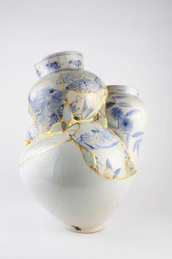 Искусство Кинцуги или золотая заплатка  Кинцуги (золотая заплатка, искусство золотого шва), или Кинцукурой (золотой ремонт) - японское искусство реставрации керамических изделий с помощью лака, полученного из сока лакового дерева, смешанного с золотым, серебряным или платиновым порошком.  #Abbigli #хендмейд #подарки #рукоделие #хобби #креатив #handmade #идея #вдохновение #своимируками