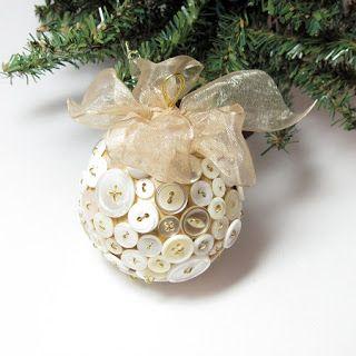 ideas con botones | Bolas para colgar del árbol con botones reciclados